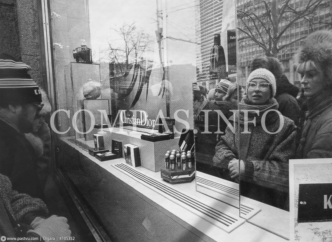 30 ноября 1989 года открылся магазин французской парфюмерной фирмы Кристиан Диор