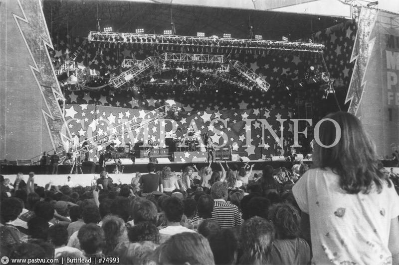 В Лужниках огромная сцена, построенная для проведения «Московского Фестиваля Мира»