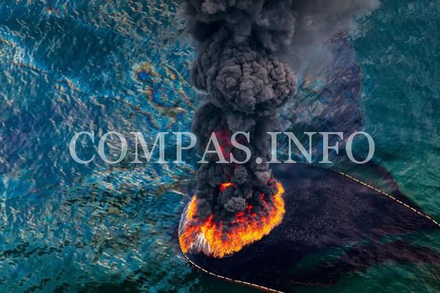 Мексиканский залив. Пожар на нефтяной платформе, апрель 2010 года