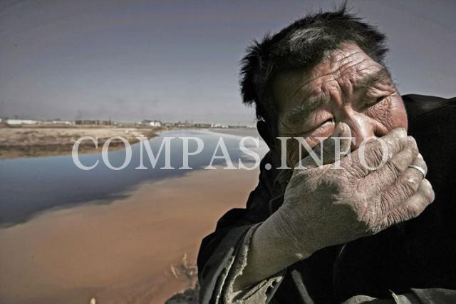 Внутренняя Монголия. Воды Хуанхэ («Желтой реки») настолько загрязнены, что, находясь рядом с ней, становится практически невозможно дышать.