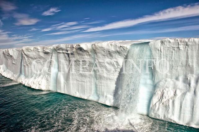 Норвегия. Огромный тающий айсберг неподалеку от острова Шпицберген
