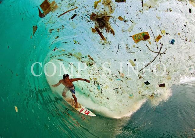 Индонезия, остров Ява. Серфинг на волне, полной мусора. Ява носит статус самого населенного острова в мире.