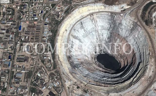 Россия. Эта гигантская дыра представляет собой крупнейшим в мире алмазный рудник Мир