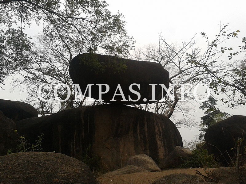 800px-Balancing_Rock_Madan_Mahal