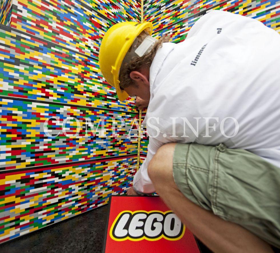 gallery-1442602569-legos-interacting